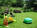 malé detské ihrisko v záhrade za drevenicou