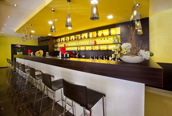 Hotel Viktor v Bratislave správne prezentuje aj fotku baru.