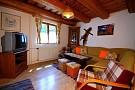 Obývačka efektívne prepojená s kuchyňou