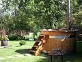 Drevená kúpacia kaďa s lehátkami v lete